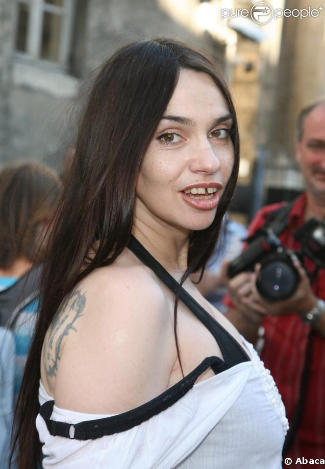 Rottentomatoes com beatrice dalle photos for Beatrice dalle inside